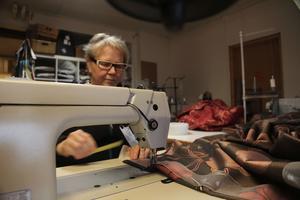 Erja Flatmo köper inga färdigsydda gardiner, utan har spenderat stora delar av de senaste 30 åren vid symaskinen. – Det är nog i genomsnitt 4-5 timmar per dag, säger hon.