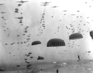 Totalt 35 000 flygburna soldater från USA, Storbritannien och Polen sattes in i Nederländerna under Operation Market Garden i september 1944. Foto: AP/TT