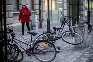 Massor av omkullblåsta cyklar på Köpmangatan i Härnösand.