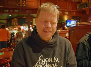 Mart Hällgren från De Lyckliga Kompisarna ville givetvis också fira Mimikrys skivsläpp.