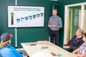 Jonas Mårtesson, affärsområdeschef för SCA Skog, en del av SCA Forest Products, går igenom bolagets tillväxt och ökade behov av råvara från skogen.
