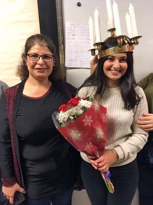 Kungsörs lucia 2018 Serosha Rezai uppvaktas av sin mamma Sarwin.