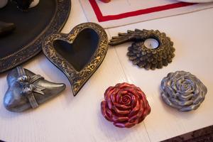 Glimrande föremål  målade i metallfärger.