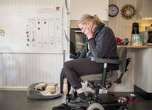 Paulina Koorem är bekymrad över hur hon ska kunna gå ut med sin hund Laban. Hon har flera gånger ansökt om att få assistans, men Gävle kommun har avslagit varje gång. De anser att Paulina är för frisk.