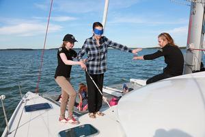 Sails of the Spirit kommer till Nynäshamn den 20 juni och kommer dels att hålla i workshops där besökarna får sätta på sig ögonbindel.