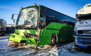 Turnébussen fördes efter olyckan till inhägnat område för undersökning. Som synes blev området nära chaufförens fötter ramponerat av olyckan. Frontrutan krossades, men till följd av specialglaset splittrades inte framrutan i skärvor som kunnat ställa till med stor skada.