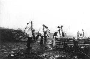 Finska trupper i vitt kamouflage mot det snötäckta landskapet, nära Mannerheimlinjen, fortsätter att förstärka armén mot de ryska styrkorna. Södra Finland, 14 december 1939. Foto: AP