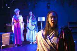 Sopranen Frida Bergquist ser vi rollen som kungasonen Idamante. Bakom honom står kvinnorna som älskar honom, Elektra (Rebecca Hellbom) och Ilia (Amelie Flink).