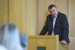 Thomas Näsholm (S) fick svara på många frågor under allmänhetens frågestund.