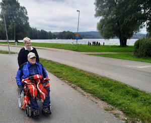 Roger och Ann-Christin på väg hem efter äventyret längs Å-promenaden den 7 september. Foto: Stig Eklöf