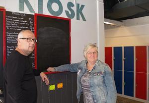 Mikael Westberg och Laila Borger tar sig en titt inne i Åvestadalskolans lokaler innan de genomgår en grundläggande förändring.