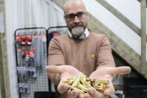Magnus satsar nu på att sälja ammunition, som en service till de lokala jägarna.
