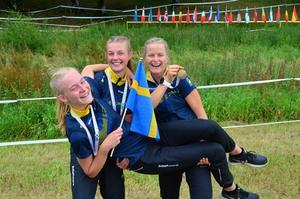Ella Olsson gav Sverige en ledning på åtta sekunder inför andra sträckan när JVM-stafetterna i orientering avgjordes under fredagen. Foto: Privat