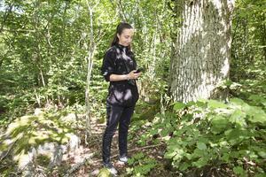 Lara Millon med en ultraljud detektor i handen för att kunna artbestämma fladdermusen efter vilken frekvens den avger.