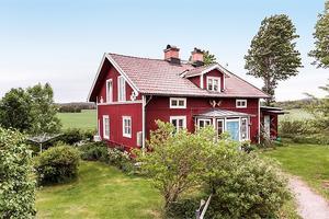 Gård i Stora Skedvi med villa, uthus, lada, snickarverkstad, hönshus och carport. Kristofer Skog/Husfoto