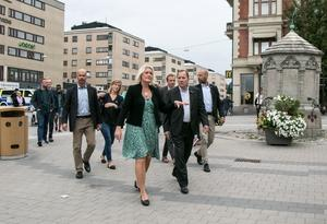 Lena Rådström Baastad, Socialdemokraternas partisekreterare och tidigare kommunstyrelseordförande i Örebro, och statsminister Stefan Löfven på väg till förtidsröstningen i Vågen-gallerian.