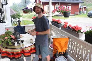 Michael Clark här med pilgrimspasset i händerna. Det är många olika stämplar man kan samla på sig under den långa vandringen mellan Selånger och Trondheim.