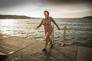 Varje söndag tar sig 82-åriga Marianne Pipping Ekström ett uppfriskande dop i havet. Foto: Elisabeth Ohlson Wallin