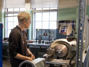 Dennis Arvidsson, elev på CNC-programmet står och svarvar.