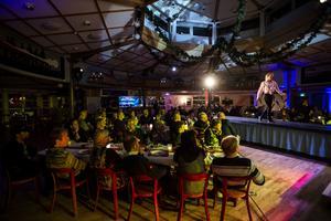Med en catwalk ut bland borden fick gästerna uppleva underhållningen på nära håll.