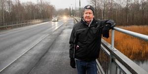 Håkan Nordin, ordförande i Rotskärs vägförening, på den rustade bron.