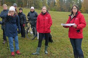 Grönområdet förblir orört. Karin Englund Mäki pekar ut platsen där ett nytt bostadsområde eventuellt byggs på den gamla slakteritomten. Juristdomare Anna Uddenberg och tekniska rådet Therese Svedberg bekantar sig med ÖSK-området.