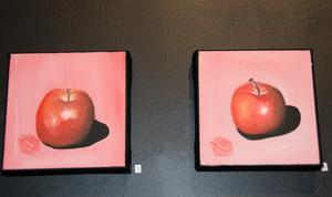 Två av Eva Nilssons många äppelmålningar - alla olika.