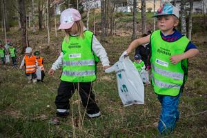 Barnen får samarbeta två och två när de letar skräp.