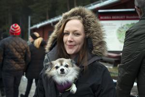 Hunden Uno fick extra värme under Ninna Bjerkås jacka.