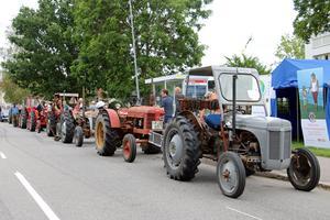 Olika modeller av veterantraktorer stod parkerade längs med Storgatan.