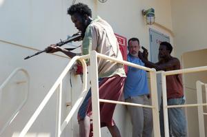 Mot alla odds lyckas de somaliska piraterna ta sig ombord på det gigantiska amerikanska lastfartyget. Med sig får de kaptenen, spelad med bravur av Tom Hanks.