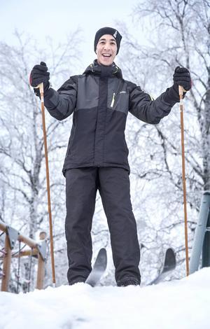 Abdulrahman Kossai från Irak missar inte ett tillfälle att få åka skidor.      – It´s nice. I like it, säger han.