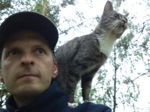 Jag och min katt Ratbag står och lurar på kvigor som vi snart ska valla hem till bättre bete. Ratbag har, tills nu, bott i alla sina tio år i en lägenhet i stan.