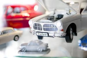 I femdörrarsgaraget finns inte bara bilar i naturliga storlekar, utan även flertalet bilmodeller, bland annat flera Amazoner.