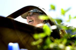 Bytte växter. Bibbi Larsson-Haga från Naturskyddsföreningen både sålde och fyndade växter i Staberg.