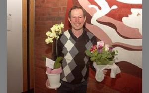 Bo Bergström med blommorna som han fick av Berndt Nygårds och Jukka Kuusistu.