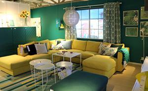 Blått och grönt är trendiga färger i år, framgår i årets Ikeakatalog. De dova tonerna kan gärna brytas av med en accentfärg, som här gul.