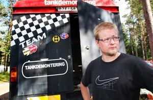 Mikael Heed från Saxdalen tävlar för Sunnansjö MK och kör i Tyfors sin första folkracetävling på fem år. Mellan de två tävlingsdagarna övernattar han i servicebussen.