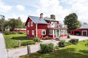 Byggt 1909, 2 439 kvm tomt, uthusbyggnad med verkstadsdel/garage samt förvaringsutrymme. Foto: Kristofer Skog/Husfoto