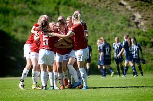 IFK Östersund jublar efter att Amanda Löfgren satt den avgörande straffen till ointagliga 4–2.