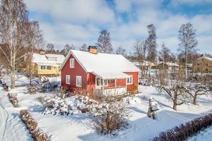 Trivsam 1 1/2plansvilla med källare. Garage i källaren. Foto: Svensk Fastighetsförmedling