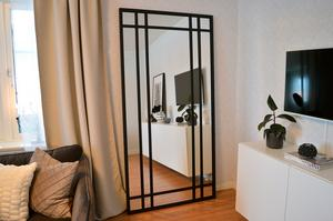Spegeln är två gånger en meter och förutom spegelglas gjord av svarta fyrkantsrör i järn. Victor Eriksson har svetsat ihop prototypen.