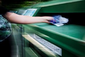 Mer tillgänglig insamling och högre krav på producenterna är ett par av Miljöpartiets förslag för en ökad återvinning. Bild: Martina Holmberg/TT