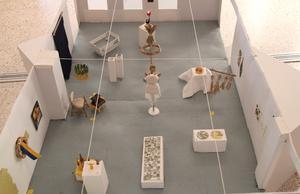 En skalenlig modell av utställningen är det 27:e konstverket. Här ryms allt, inklusive den skalenliga modellen.