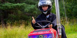 Oliver Hällqvist är åtta år gammal och tävlar i traktorpulling.