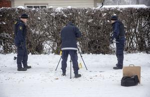 Polisens tekniker undersöker brottsplatsen på Odensalagatan efter det misstänkta mordförsöket.
