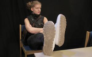 Svordomar och misstro i klassrummet. Molly Andersson spelar rollfiguren Kabbe.