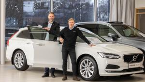 """Jörgen Nordlöf  och Victor Kempas ser de """"nästan nya"""" Volvobilarna som ett välkommet tillskott i bilhallen."""