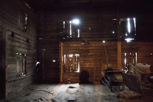 I logen finns flera verktyg och gamla redskap kvar från svunna tider.