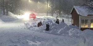 Barnen leker i en snöhög vid skolan i Hallen. Hastighetsbegränsningen är 70 km/h, vilket väg- och samfällighetsföreningen är för högt.